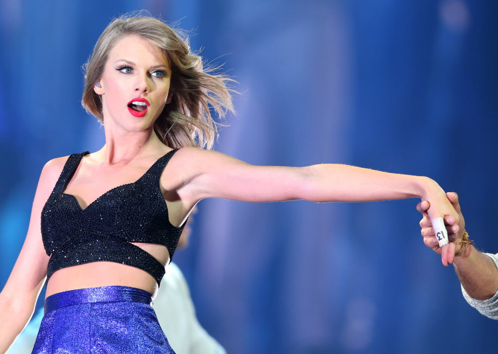 Concert Review Taylor Swift Brings Us Into Her Megastar Orbit For A Night At At T Stadium