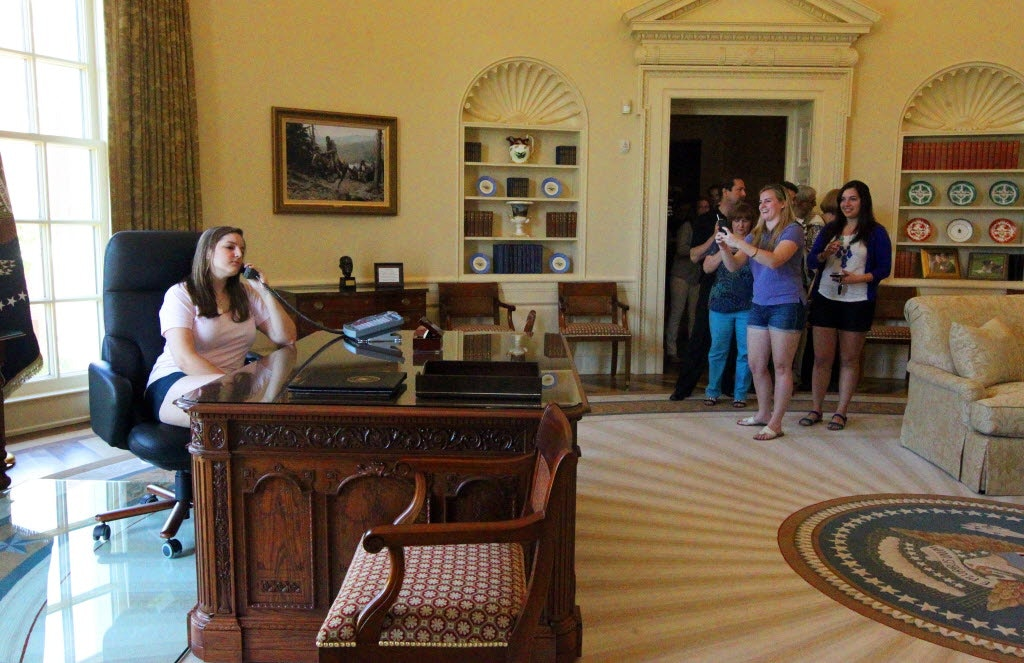 george bush oval office. A Replica Of The Oval Office During George W. Bush Presidency Provides  A Photo George Bush Oval Office