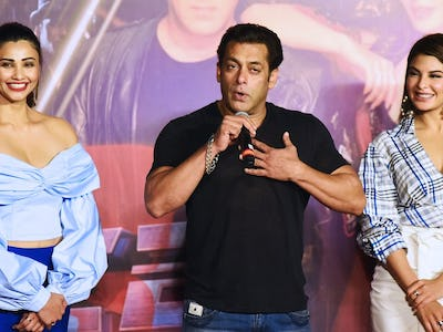047b7ae541cde Indian Bollywood actor Salman Khan speaks next to actresses Jacqueline  Fernandez (R) and Daisy